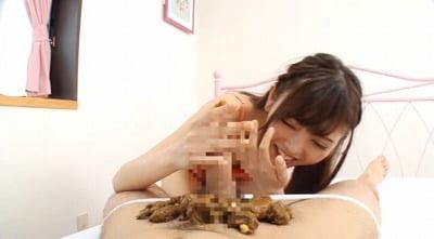 【国民的美少女系】アイドル顔の少女の口の中にウンコを突っ込むサンプル4