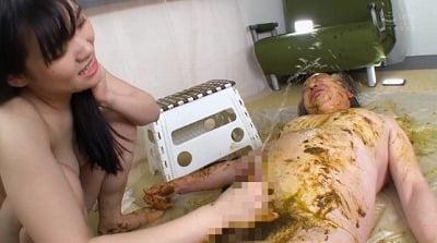 M男の人間便器プレイ動画!放屁付き強制飲尿食糞でイジメられるサンプル26